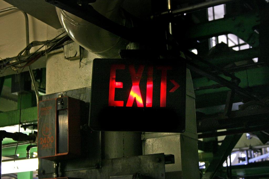 """Exit""-Schild in Industriruine"