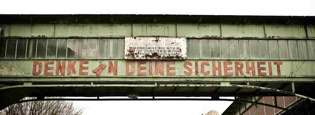 """""""Denke an deine Sicherheit"""" - alter Schriftzug auf einer Industrieruine"""